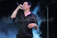Absolute Body Control: Dirk Ivens (Synthesizer/Gesang) auf dem Blackfield Festival in Gelsenkirchen am 12.6.2015