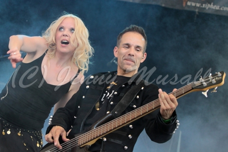 Xiphea: Sabine (Vocals) auf dem Blackfield Festival in Gelsenkirchen am 12.6.2015 mit Xiphea: Rene (Bass) auf dem Blackfield Festival in Gelsenkirchen am 12.6.2015